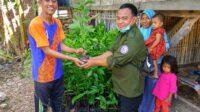 Penyerahan bantuan bibit buah kepada masyarakat Kampung Bombu