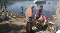 Kegiatan sosial membersihkan Pantai Tema Ule, Kota Bima
